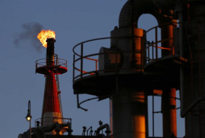 النفط يبلغ قمة 3 سنوات تقريبا وسط شح الإمدادات
