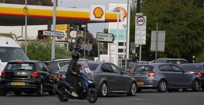 بريطانيا تضع سائقي الصهاريج العسكرية في حالة تأهب لحل أزمة الوقود المتفاقمة