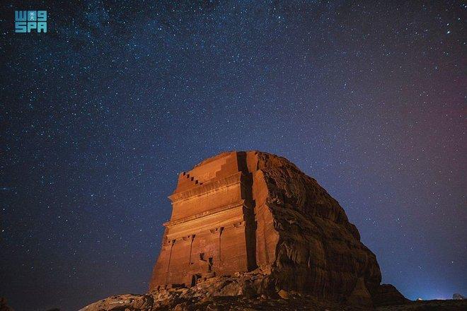 """""""العلا"""".. أعجوبة التاريخ والطبيعة في صيف السعودية"""