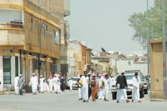 طلاب الرياض يستقبلون يومهم الدراسي بنفحات «البرد» والمطر