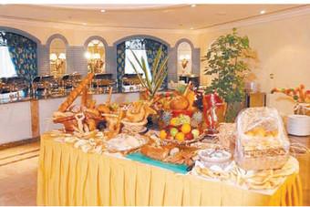 «البوفيه المفتوح».. أول خيارات مطاعم الرياض لجذب الزبائن