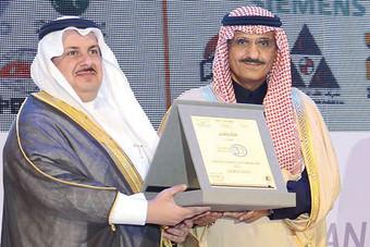 أمير منطقة الرياض يكرم «حديد الراجحي»