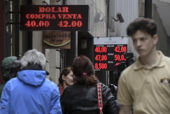 «المفارقة الأرجنتينية» .. من أغنى 10 دول إلى اقتصاد تتخطفه الديون والركود وانهيار العملة