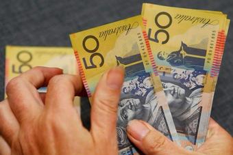 الدولار الأسترالي عند ذروة 4 أشهر ونصف والاسترليني هش