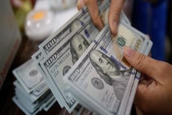 الدولار قرب أدنى مستوى في شهر بعد بيانات ضعيفة وأداء قوي للاسترليني واليورو