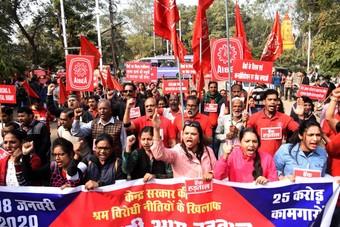 إضراب عمالي شامل .. 250 مليون هندي يعطلون قطاعات المصارف والطاقة والنقل