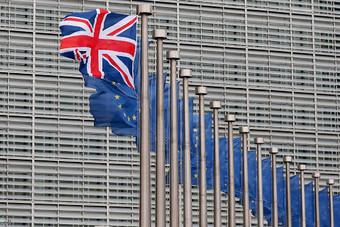 بريطانيا توافق على تفويض بإجراء مفاوضات التجارة مع بروكسل