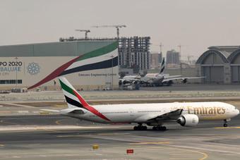 مطارات إماراتية تعلق رحلات الركاب لمدة 14 يوما