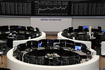 أسهم البنوك والنفط تهبط بأوروبا رغم ارتفاعات قياسية في وول ستريت