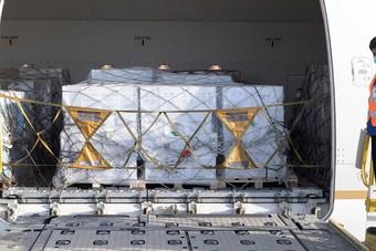 مركز الملك سلمان للإغاثة يسير الطائرة الثالثة ضمن الجسر الجوي السعودي لمساعدة لبنان