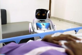روبوت يساعد مرضى كورونا في الهند على التواصل مع ذويهم