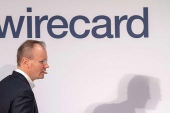 """الرئيس السابق """"لوايركارد"""" يشير إلى أموال مختلسة من الشركة"""