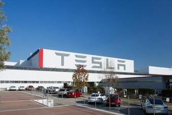 """""""تيسلا"""" تريد إنشاء أكبر مصنع للبطاريات في العالم"""