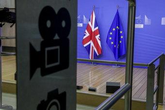 """استعدادا لما بعد """"بريكست"""".. بريطانيا توقع اتفاقا للتجارة الحرة مع سنغافورة"""