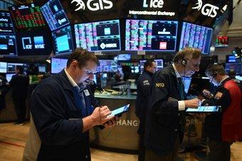 ارتفاع طلبات إعانة البطالة تهبط بالأسهم الأمريكية