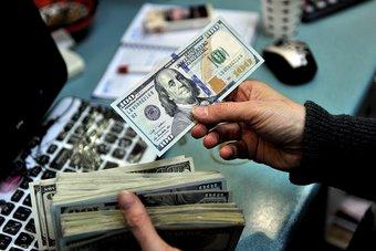 الدولار عند أدنى مستوى في عامين ونصف بفعل ضعف الطلب على الملاذ الآمن