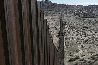 """""""جدار ترمب"""" بين المكسيك والولايات المتحدة يتقدم ببطء يوما بعد يوم"""