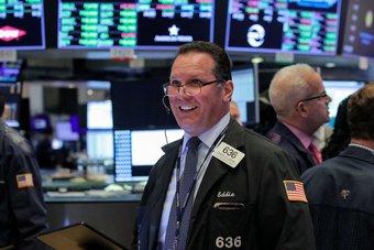 """الأسهم الأمريكية تستهل تداولاتها مرتفعة و""""داو جونز"""" يقترب من مستوى قياسي"""