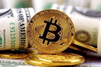 """الدولار يقبع عند أدنى مستوى في أسبوعين.. و""""بيتكوين"""" تستقرعند 46.5 ألف دولار"""