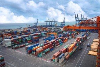 """""""موانئ"""" و """"هاباغ لويد"""" يوقعان أول اتفاقية تجارية لزيادة حاويات المسافنة في الموانئ السعودية"""