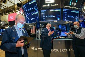 مؤشرات الأسهم الأمريكية قرب مستويات قياسية مرتفعة بفضل آمال التحفيز