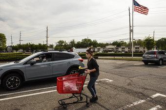 ثقة المستهلك الأمريكي تتراجع في فبراير رغم الآمال بمزيد من التحفيز
