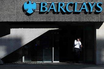 """""""باركليز"""" يستأنف التوزيعات للمساهمين مع تراجع الأرباح السنوية للنصف"""