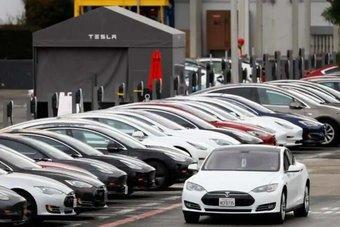 تيسلا توقف مؤقتا إنتاج سيارات الفئة 3 في كاليفورنيا