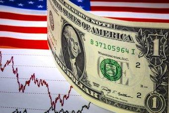 الدولار يربك حسابات المحللين .. تحرك خلافا للتوقعات