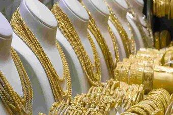 الذهب يتحول للخسارة مع تقدم الدولار