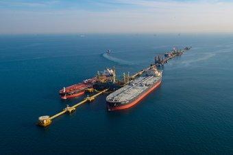"""عقود النفط تواصل خسائرها.. """"برنت"""" يتراجع 1.8% والأمريكي يهبط 2%"""