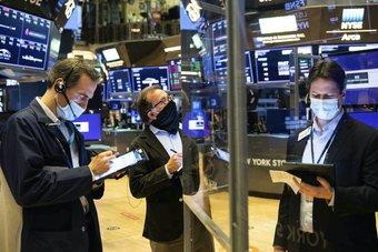 بيانات اقتصادية قوية ترفع داو جونز وإس أند بي 500 إلى مستويات إغلاق قياسية