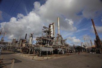 أسعار النفط تهبط أكثر من 4%