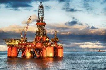 النفط يرتفع بفضل توقعات اقتصادية قوية وتراجع مخزونات أمريكا