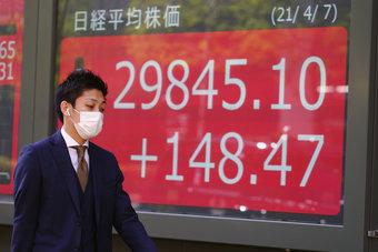 """أسهم اليابان تغلق مرتفعة بفضل تصيد الصفقات.. سهم """"توشيبا"""" يقفز 18%"""