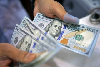 الدولار يهبط بعد تهدئة الاتحادي لتوتر التضخم الأمريكي