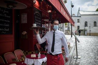 شمس الجائحة تغيب عن فرنسا.. السكان يعودون للمقاهي بعد فتح أبوابها أخيرا