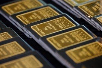 الذهب يرتفع قرب ذروة عدة أشهر مع تراجع الدولار وعوائد السندات