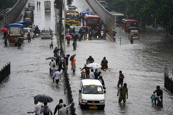 مياه الأمطار الموسمية تغمر الطرق و تعطل حركة المواصلات في مدينة بومباي الهندية