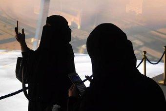 زوار معرض مشاريع مكة يوثقون مشاركتهم داخل قبة جدة