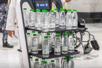 في الحرمين الشريفين .. روبوت يوزع مياه زمزم