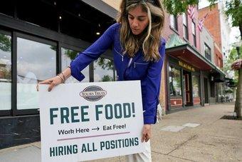 اربح سيارة في يانصيب .. كيف تستقطب الشركات الأمريكية الصغيرة العمال؟