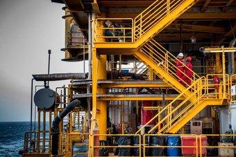 النفط يغلق مستقرا مع تجاذب السوق بين آمال الطلب ونمو الإمدادات