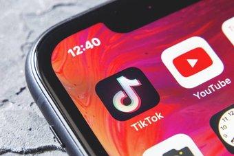 """""""تيك توك"""" و""""يوتيوب"""" على رأس قائمة التطبيقات الأكثر استخداما من قبل الأطفال في السعودية"""