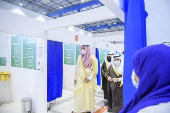 أمير المدينة المنورة يدشن مركز لقاح كورونا في جامعة طيبة