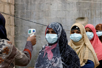 باكستان تسمح بتطعيم من هم أقل من 40 عاما بأسترا زينيكا لمساعدة العاملين بالخارج