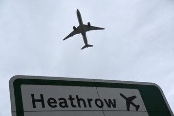 لاسترضاء شركات الطيران.. بريطانيا تدرس تخفيف قيود السفر لمن تلقوا لقاح كورونا