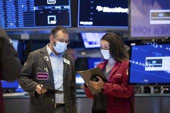 """الأسواق الأمريكية ترتفع مع تقييم المستثمرين بيانات اقتصادية .. و""""ناسداك"""" يتلقى دفعة من """"تسلا"""""""