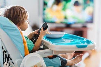 باحث : مشاهدة التلفزيون أثناء تناول الطعام تؤثر سلبا على القدرات اللغوية للأطفال
