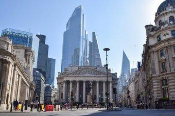 بنك إنجلترا يرفع قيودا فرضها وقت الجائحة على توزيعات البنوك